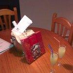 coctel, botella de cava y bombones de bienvenida paquete romantico! increible trato estupendo, a