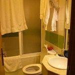 el baño, la toalla describe el tamaño de la ducha