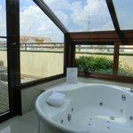 Vista del jacuzzi y balcón desde el baño