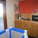 wet bar/mini kitchen in smaller suite