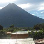 vista del volcan desde terraza del hotel