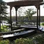 ホテル入口横に足湯があり、向こうに見えるのは知床斜里駅です。