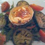 Ensalada de berenjena y tomates con queso de cabra