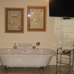 free standig bath in room
