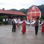 Dança típica finlandesa realizada no centro cultural.