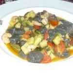Gnocchi della casa al nero di seppia con gamberi e zucchine con Pachino
