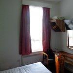 Habitación, placard y ventana