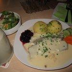 Wiener Tafelspitz mit Birnen - Meerrettichsauce, Kartoffelkloß, Wildpreiselbeeren und Salattelle