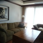 Diese grüne Sofa ist standart. Ich habe es in über 5 Zimmern gesehen, also nicht wie im Prospekt