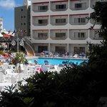 Interno con piscina e vista camere
