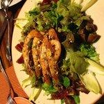 Ensalada de langostinos y aguacate con lima y pistacho