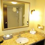 Holiday Inn Express and Suites Browning : bathroom