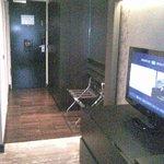 Blick zur Zimmertür (rechts Kleiderschran)