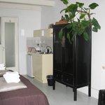 Quarto térreo - a pia da mini cozinha também serve como lavatório