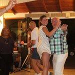 Herman aan de griekse dans met een andere gaste