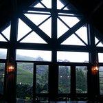 一面の窓から茶畑が眺められます
