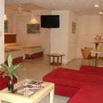 Suite con cocina equipada, estancia, comedor y dormitorio