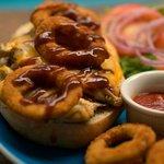 POLLO: Con salsa barbacoa + tocino + piña a la parilla - Con Mayonesa de albahaca + tomate ros
