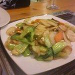Pasta de arroz coreano con verduras salteadas