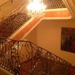 Treppe zum Frühstücksraum hinunter