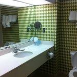 Banheiro limpo e amplo