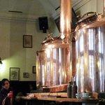 Barris de cobre decoram o restaurante