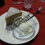 Torta di grano saraceno con gelato al miele