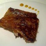 Lechón crujiente: lechón con su piel crujiente, ajos asados y naranja