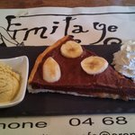 La tarte chocolat/banane accompagnée de sa glace à la vanille et boule de chantilly