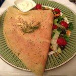 Blini com salmão defumado e creme azedo