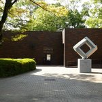 美術館入口 細川コレクションも見える