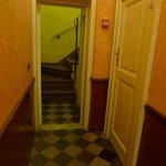 узкий коридор к лестнице ведущий в breakfast room (направо вход в один из номаров отеля)