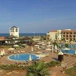 Blick vom Zimmer auf Pool und Strand