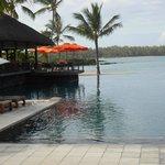 vue du lobby sur la piscine et le lagon