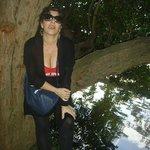 el lago del Carmen, y un árbol que te acoge justito para hacerte una foto con un fondo hermoso