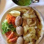 Ventresca de atun del Atlántico con papas arrugadas y mojo cilantro