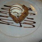 Pera caramellata allo zibibbo guarnita con gelato alla vaniglia e cannella