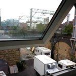 vistas de las vías del tren y caravanas desde la ventana