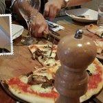 Pizza de pollo con champiñones la de la izquierda y pizza de 4 queso la de la derecha... Muy del