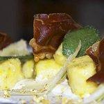 Gnocchi ai pistacchi su fonduta di pecorino e cialde di speck