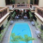piscina situada en el centro del interior del hotel , vista desde la habitación