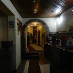 Recepción del hotel (bien al fondo se ve una parte de la pared inca original)