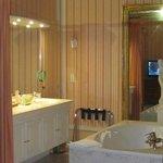 en plus d'une douche,grande baignoire dans la chambre