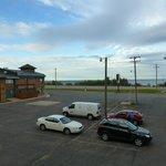 Blick über Parkplatz auf See