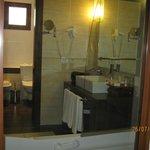 toilette séparée de la salle de bain