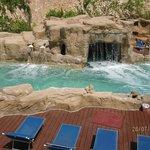 une piscine à l'eau de mer avec chutes et vagues