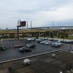 Blick aus dem Zimmer auf den Parkplatz + Freeway