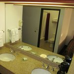 Liberty Inn Lincoln City: double wash basins in room and bathroom