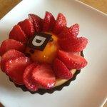 Tarte aux fraises avec purée de rhubarbe et crème fruit de la passion