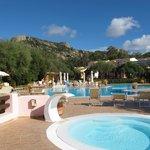 vue sur la piscine, l'hôtel est en arrière plan